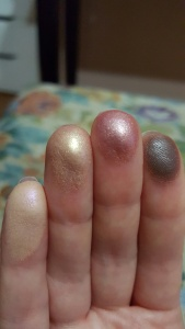 Eyeshadows on fingers